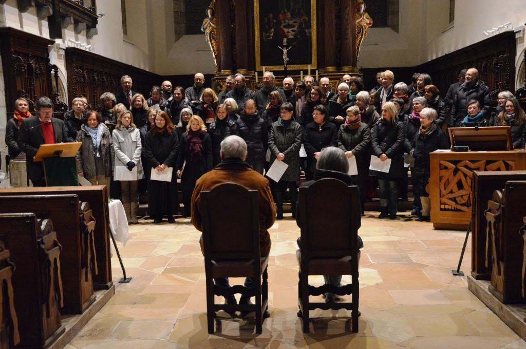 Kantor Roman Emilius (l.) und die Regensburger Kantorei bedanken sich bei den Spendern