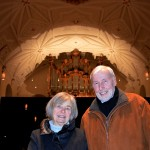 Vor der leeren Hülle der Bachorgel in der Regensburger Dreieinigkeitskirche: Großspender Marianne und Dr.-Ing. Harro Lührmann